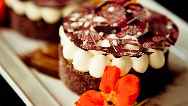 Tartelette au chocolat et pêches, ganache Ocoa™ et caramel